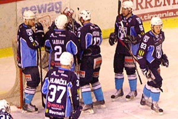Spoluhráči po zápase blahoželali Jánovi Lacovi k prvej nule v sezóne.
