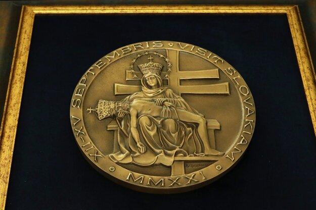 Pamätná medaila, ktorú daroval František prezidentke Zuzana Čaputovej.