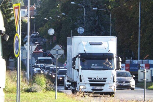 Kolóna áut sa od kruhového objazdu ťahá na Zobor.