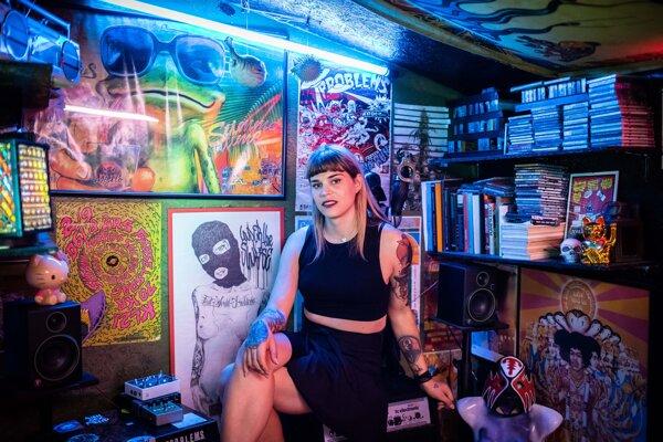 Sofia vo svojom štúdiu, v ktorom vznikajú nové piesne.