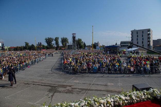 Účastníci omše pred Mestskou športovou halou v Prešove.