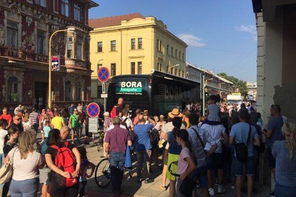 Ľudia okupovali Saganov tímový autobus.