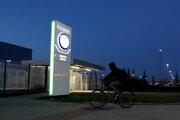Zamestnanec automobilky Škoda Auto prichádza na bicykli na rannú smenu do závodu v českom meste Mladá Boleslav.