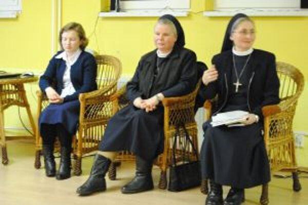 Novicka Zuzana, a sestry Zuzana a Vergília pri rozprávaní o skúsenosiach spoza oceána.