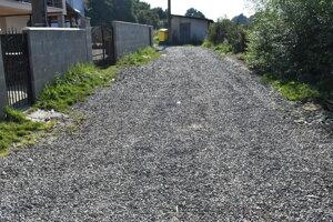 Cestu v osade v Rokycanoch vysypali kameňom.