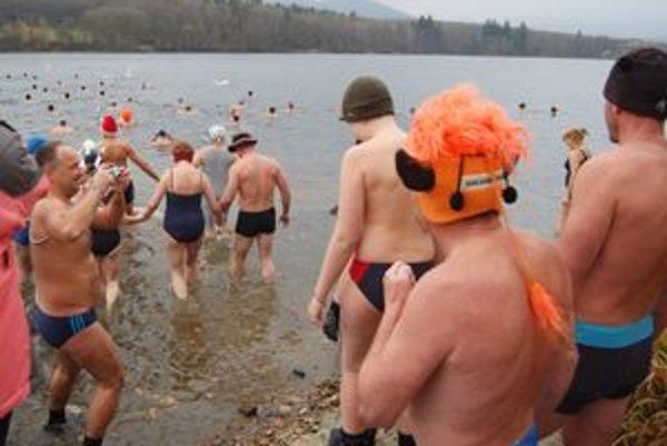 Otužilci sa ponorili do vôd priehrady Nemečky.