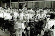 Prvomájové manifestácie boli neodmysliteľnou súčasťou života za socializmu. Na fotografii hruštínske ženy vtypickom miestnom kroji vprvomájovom sprievode vDolnom Kubíne.