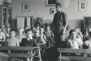 Obecná škola v60. rokoch. Na fotografii vtriede deti sriaditeľom Jozefom Lehockým.