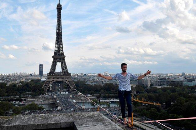 Akrobat Nathan Paulin prešiel po lane z Eiffelovej veže na druhý breh Seiny.