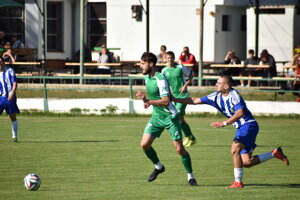 Útočník Dvorov Viktor Kráľ (v zelenom) prispel k víťazstvu svojho celku dvoma gólmi po zmene strán.