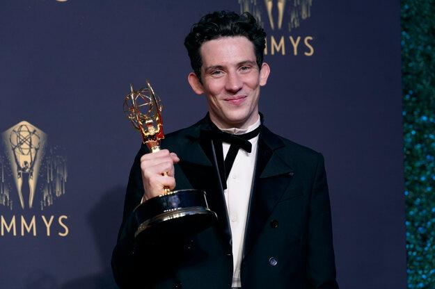 Josh O'Connor si odniesol Emmy v mužskej kategórii za stvárnenie kráľovninho syna princa Charlesa.