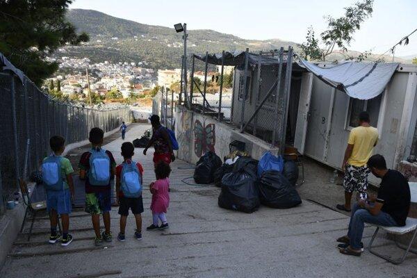 Utečenecký tábor pri prístave vathy na ostrove Samos.