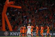 Holandskí futbalisti oslavujú gól počas kvalifikácie na Majstrovstvá sveta.