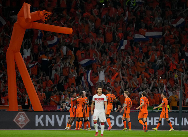 Najvyšší národ na svete sa scvrkáva. Na zábere sú holandskí futbalisti.