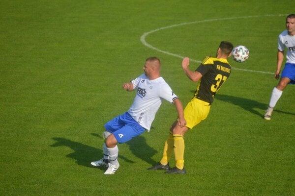 Juraj Barták (v bielo-modrom) je bezkonkurenčne najlepším strelcom VI. ligy.