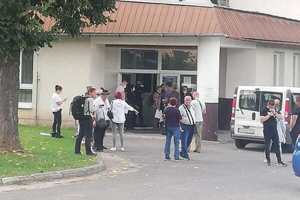 Antivaxeri opustili miestnosť na očkovanie až po príchode polície.