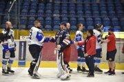 Podávanie rúk po piatom finálovom zápase uplynulej sezóny medzi Zvolenom a Popradom