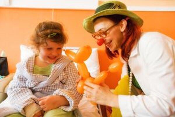 Klauni používajú na zabávanie aj rôzne rekvizity.