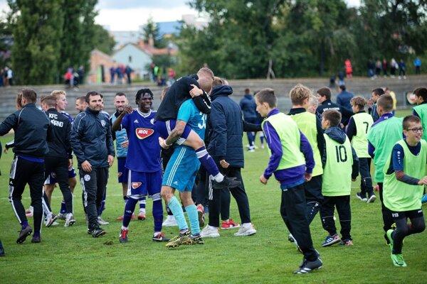 Radosť futbalistov KFC Komárno zpostupu do 4. kola Slovenského pohára cez DAC po penaltovom rozstrele.