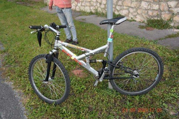 S týmto bicyklom skúsil opitý cyklista tvrdosť policajného auta. Otázkou ešte zostáva či mali policajti na fotoaparáte zle nastavený dátum, alebo sa splietli v uvedení dátumu nehody.