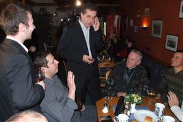 Jozef Dvonč prijíma gratulácie.