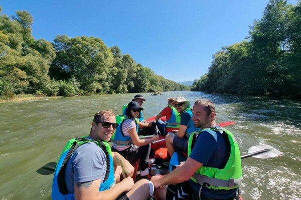 Pokojný úsek plavby po rieke Váh.