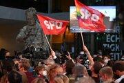 Priaznivci SPD oslavujú.