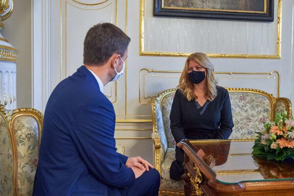 Prezidentka Zuzana Čaputová a premiér Eduard Heger počas stretnutia v Prezidentskom paláci.
