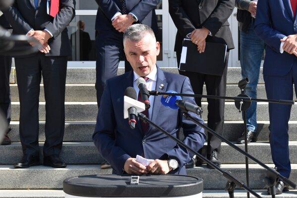 Štátny tajomník Ministerstva dopravy a výstavby Slovenskej republiky Jaroslav Kmeť (nominant Sme rodina).