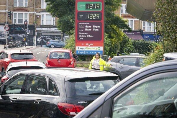 Čakajúci motoristi pred čerpacou stanicou Sainsbury's v južnom Londýne.