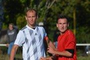 Hráč Hontianskej Vrbice Marek Janček (v červenom ).