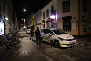 Dánska polícia stráži pred synagógou v Kodani.