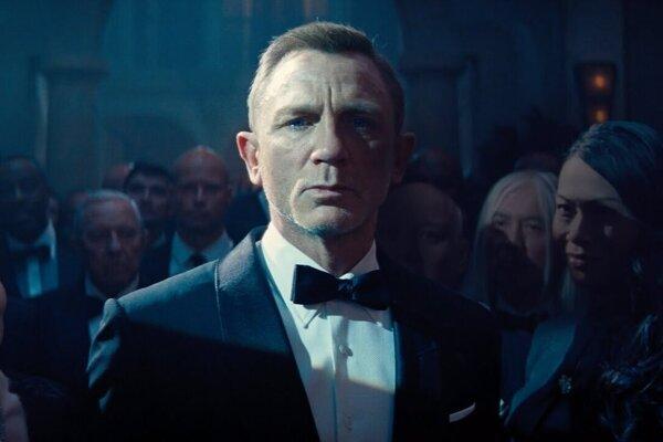 Daniel Craig vo filme Nie je čas zomrieť.