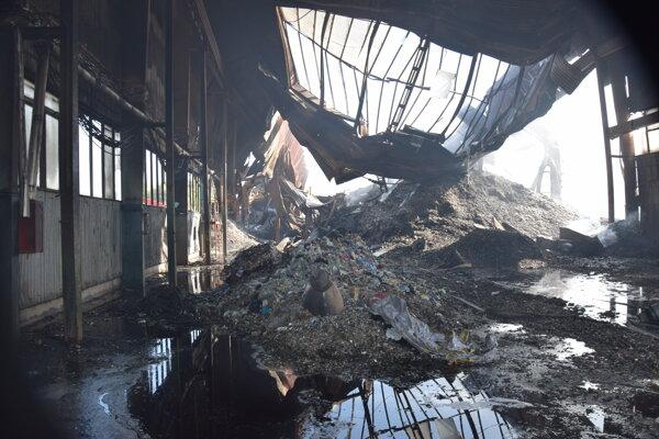 Ohnisko po požiari opakovane horí.