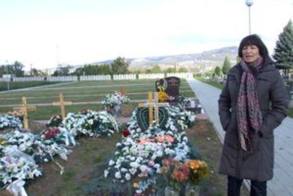 V novej časti cintorína je asi 15 hrobov. Vedúca Správy cintorínov Monika Nitryová nám potvrdila, že pri kopaní jám boli problémy.