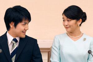 Archívna fotografia z roku 2017 princeznej Mako s jej snúbencom Keiom Komurom.