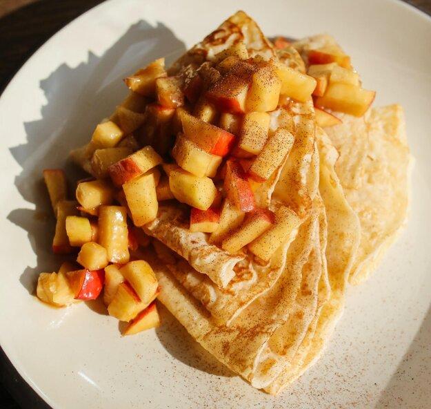 Palacinky s dusenými jablkami. Recept na voňavú a skladkú maškrtu získate po kliknutí na obrázok.