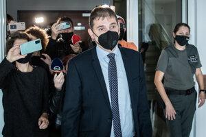 Bývalý šéf Úradu inšpekčnej služby Adrián Szabó odchádza po vynesení rozsudku zo Špecializovaného trestného súdu v Pezinku.