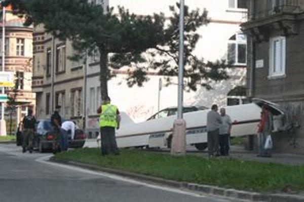 Tento príves sa na Štúrovej ulici odpojil od Mercedesu a na chodníku zrazil ženu.