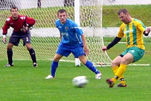 Štúrovo - Levice 1:5. Vpravo strelec dvoch gólov Gabriel Mlynár.