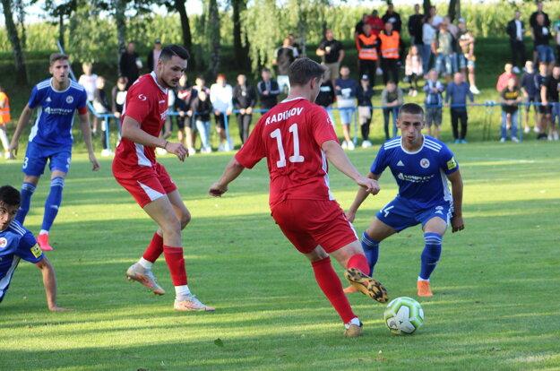 Lukáš Kučera (prvý vpravo) v pohárovom zápase s Radimovom.