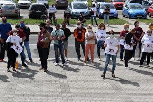 Zamestnanci Nexis Fibers čakali pred Mestským úradom v Humennom na výsledok rokovania medzi oboma firmami. Záber je z apríla 2020.