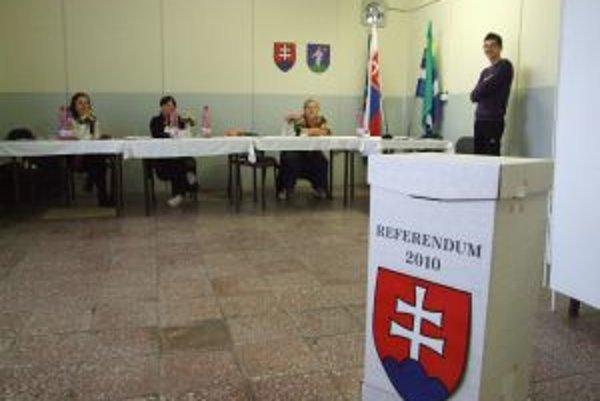 Prázdno v referendovej miestnosti. Ľudovítová v okrese Nitra nemala záujem.