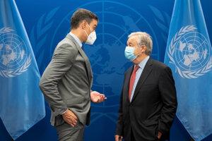 Španielsky premiér Pedro Sánchez a generálny tajomník OSN António Guterres.