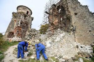 Obnova hradu nad obcou Slanec pokračuje tento rok ďalšou murárskou sezónou.