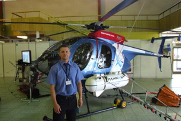 Miroslav Kováč hovorí, že na to, aby ľahký vrtuľník postrčili do útrob pavilónu, stačili dvaja muži.