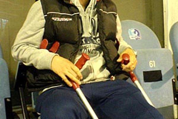 Robustný nitriansky bek Miroslav Ďurák sa z turnaja vo Švajčiarsku vrátil s poraneným úponom v kolene.