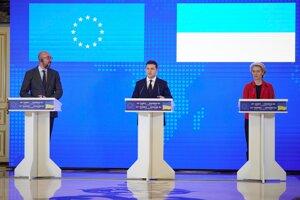 krajinský prezident Volodymyr Zelenskyj (uprostred), predsedníčka Európskej komisie (EK) Ursula von der Leyenová (vpravo) a predseda Európskej rady Charles Michel počas spoločnej tlačovej konferencie na summite vrcholných predstaviteľov EÚ a Ukrajiny v Kyjeve.
