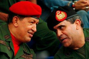 Venezuelský prezident Hugo Chavez (vľavo) a niekdajší generál a minister obrany Raul Baduel.