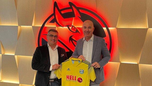 Šéf klubu Trnka (naľavo) predstavil prednedávnom verejnosti nového hlavného sponzora. Ide o maďarského výrobcu nápojov.